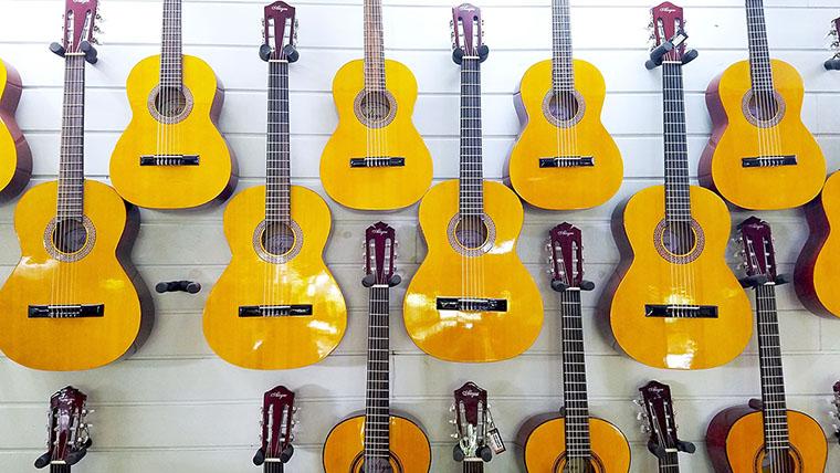 店内に並んでいるギター