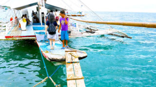 オランゴ島行きの船に乗り込む