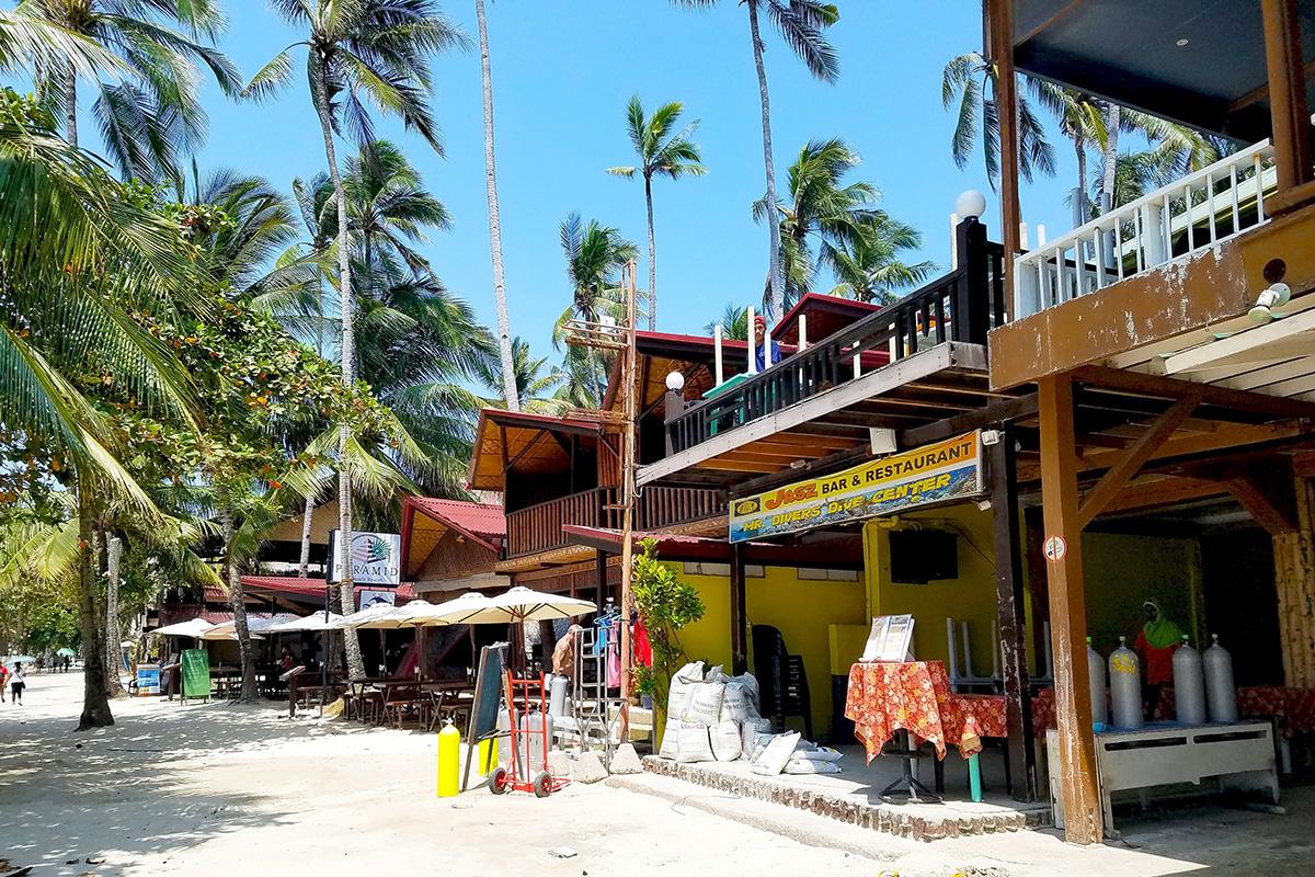 アロナビーチ沿いのレストラン・ダイビングショップ