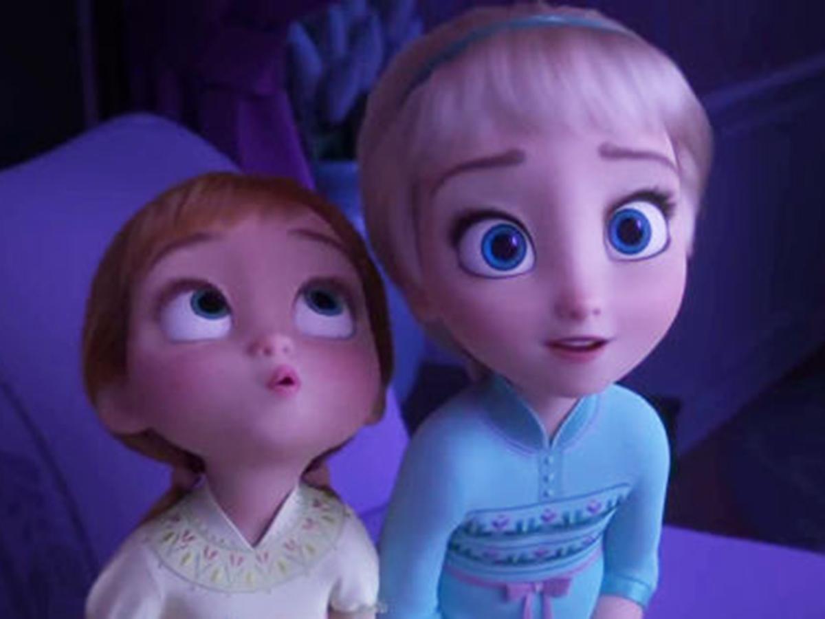 幼い頃のエルサとアナ